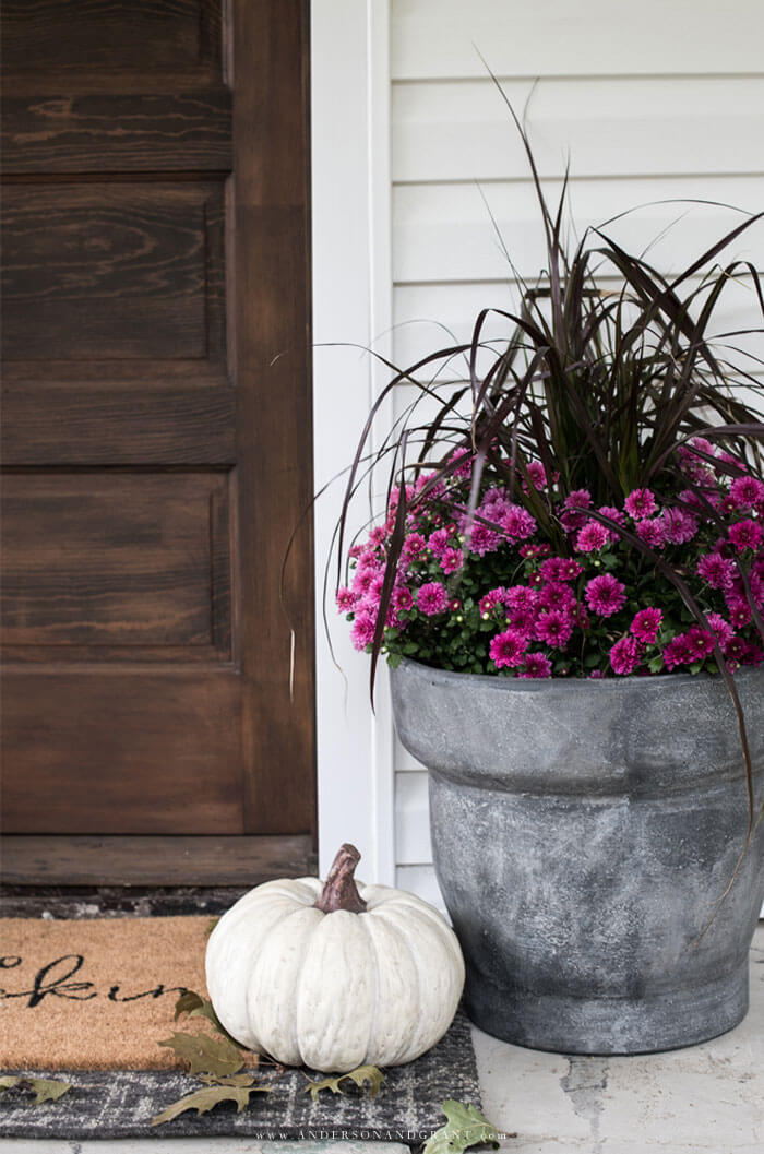 Simple ways to decorate your front porch for fall.