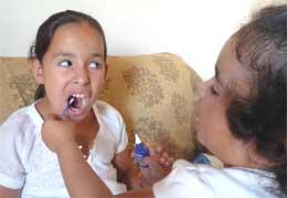 """<Imgsrc =""""Niñas-cepillando-los-dientes.jpg"""" width = """"260"""" height """"179"""" border = """"0"""" alt = """"Auto aplicación de flúor en la casa."""">"""