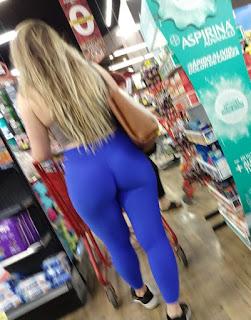 Hermosa rubia leggins pegados trasero redondo