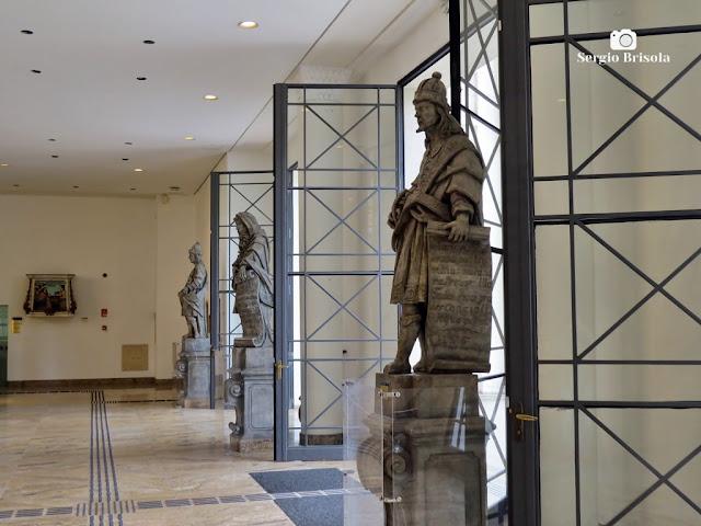 Vista em perspectiva lateral da parte interna da entrada principal do fabuloso Museu de Arte Brasileira - Higienópolis - São Paulo