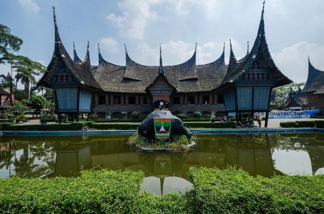 Goverment of Jakarta Special Capital Region, Public domain, via Wikimedia Commons https://commons.wikimedia.org/wiki/File:Anjungan_Sumatera_Barat_TMII_Jakarta.jpg