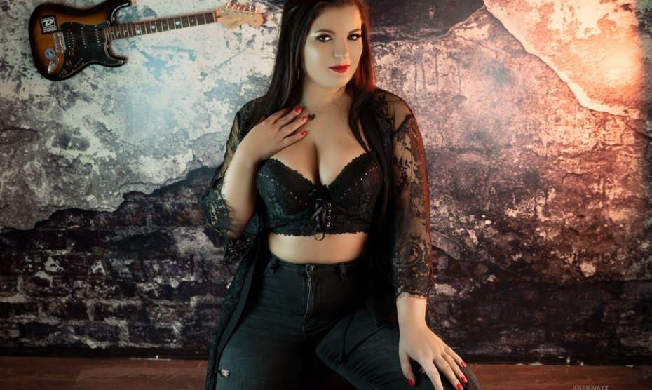 https://www.glamourcams.live/chat/JessieMayX
