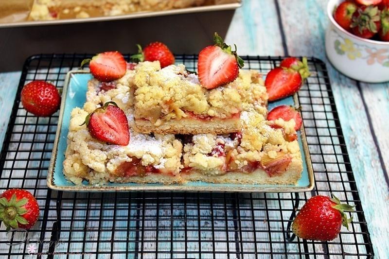 Kruche ciasto z nadzieniem truskawkowym i rabarbarem