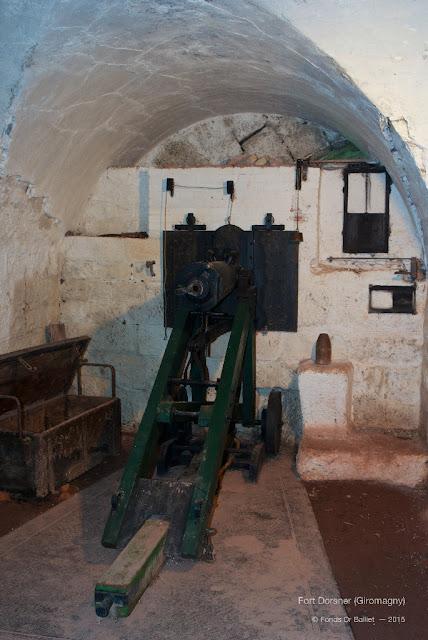 Fort Dorsner (Giromagny) — Volet d'embrasure suspendu (disposition intérieure)