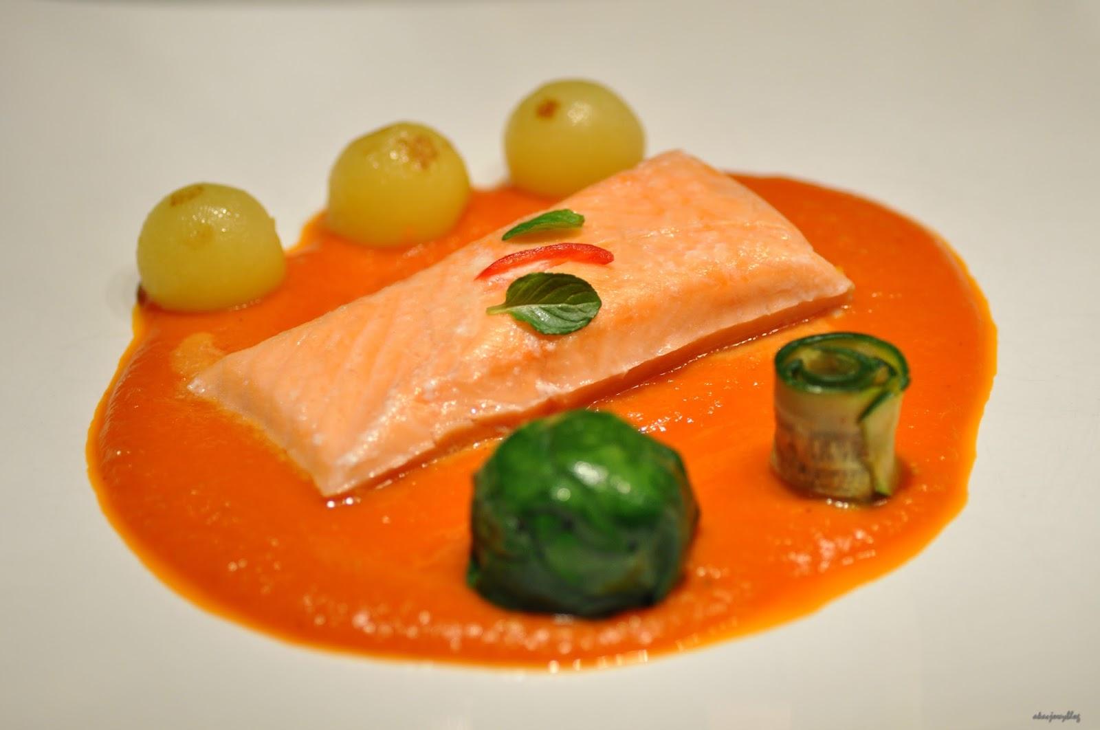 Łosoś sous vide w sosie pomidorowo - pomarańczowym ze szpinakową kulką i warzywami.