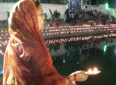 बिहार शरीफ के धनेश्वर घाट तालाब में गंगा आरती का आयोजन किया गया