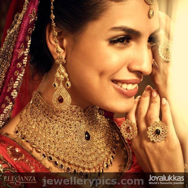 Models in Joyalukkas latest necklaces Eleganza collection