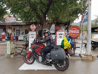 Mulher potiguar que viajou 3 continentes de moto lança livro sobre a aventura