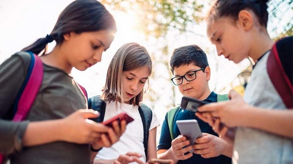 Anak-Anak Menggunakan Smartphone