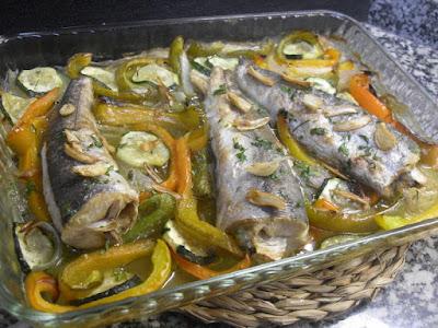 Pescadilla al horno con verduras.