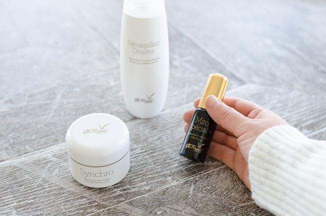 Mão feminina segurando um serum produtos para pele