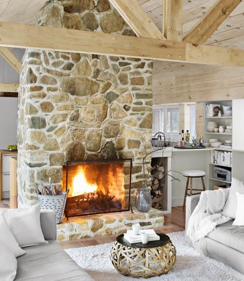 Drewno i kamienny kominek, wystrój wnętrz, wnętrza, urządzanie domu, dekoracje wnętrz, aranżacja wnętrz, inspiracje wnętrz,interior design , dom i wnętrze, aranżacja mieszkania, modne wnętrza, drewniane wnętrza, styl eko, styl skandynawski
