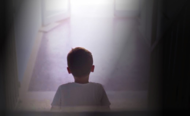 Menino autista na escada falando com ele mesmo: ninguém gosta de você