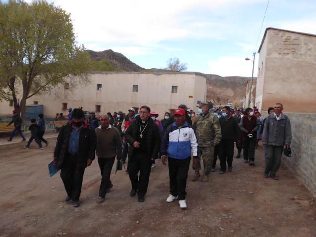 Nach über 10 Stunden Fahrt und gleich 2 Reifenpannen ist Bischof Nicolás eingetroffen.
