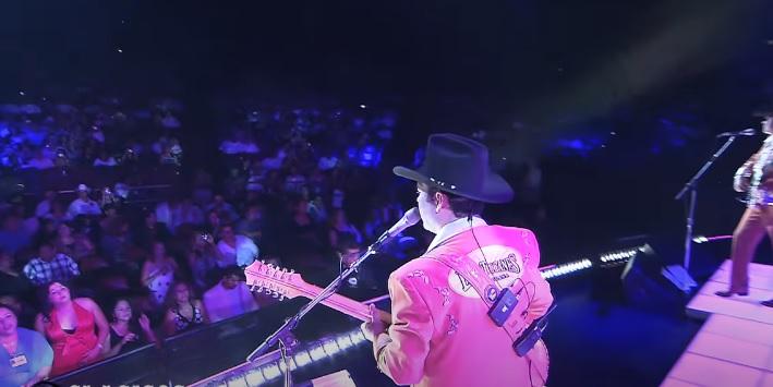 Cantante de Los Tucanes de Tijuana viendo al Publico