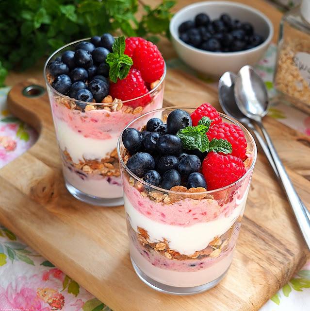 Jogurt z owocami, musli i miodem