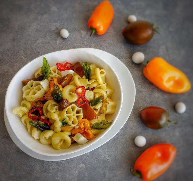 pasta peperoni, mozzarella, pomodori e basilico