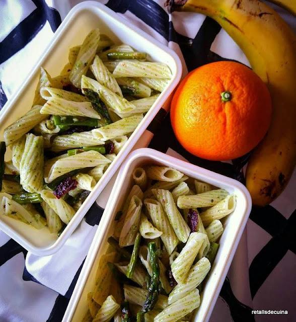 Pasta al pesto amb espàrrecs verds i tomàquets secs