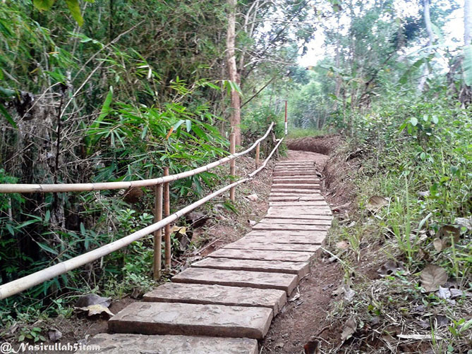 Jalan menuju atas Punthuk Setumbu