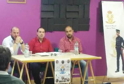 Toni Vázquez Uceda Director musical de la A.M. Aires de Triana acompañado de Juanlu y David, miembros también de la Dirección general