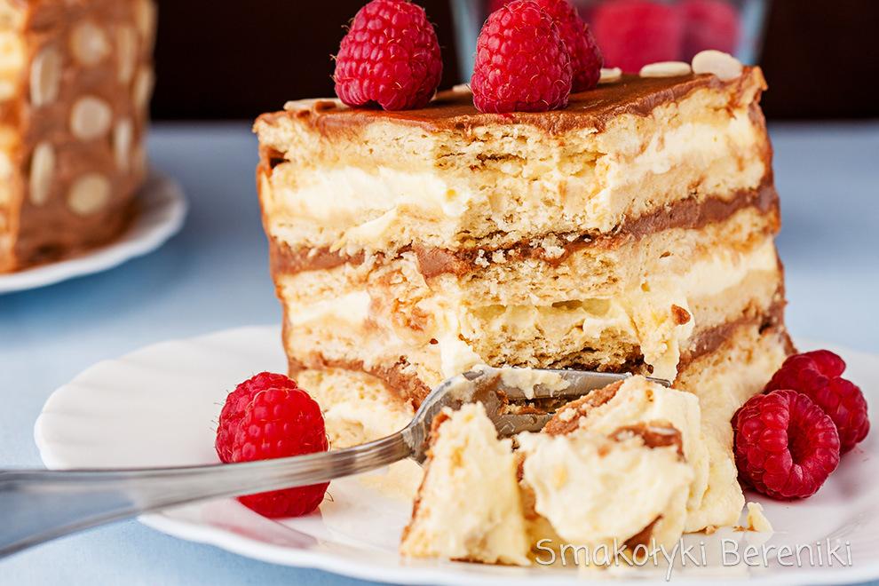 Kajmakowy tort miodowy z masą budyniową i malinami