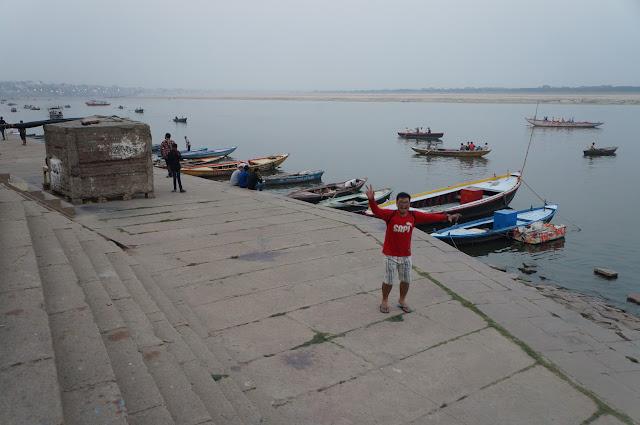 Tukang Jalan Jajan di tepian sungai Gangga