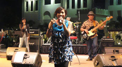 Biografi Ten 2 Five      Ten 2 Five adalah grup musik asal Indonesia yang mulai mengeluarkan album rekaman di tahun 2004. Awalnya Ten 2 Five digawangi oleh Imel (vokal), Didit (gitar), Robin (gitar), Arief (bas) dan Poltak (drum). Namun pada tahun 2005, Didit mengundurkan diri karena ketidakcocokan reference musik. Pada pertengahan 2008 diperkuat oleh personel baru yaitu Teguh (keyboard) dan Udin (gitar). Tidak lama setelah itu, Poltak (drum) mengundurkan diri karena ketidakcocokan dengan beberapa personel.   Nama Ten 2 Five mereka dapat karena personelnya sepakat, tiap Sabtu jam 10 pagi sampai jam 5 sore adalah jadwal latihan ngeband. Awalnya pada tahun 1998, di Perth, Western Australia Arief dan Robin, yang saat itu kuliah, iseng untuk bermain musik. Mereka lalu mulai mencari teman tambahan dan akhirnya mengajak Poltak dan Lea, juga temannya kuliah di Perth bergabung dalam satu band. Meski awalnya mereka berasal dari aliran musik berbeda, namun mereka sepakat untuk bermain di ranah pop, dengan sedikit sentuhan jazz.   Setelah pulang ke tanah air, mereka tetap bermain bersama. Namun akhirnya Lea mengundurkan diri karena sibuk bekerja. Atas saran seorang teman, mereka merekrut Imel di tahun 2001, yang saat itu masih berkuliah. Imel pun