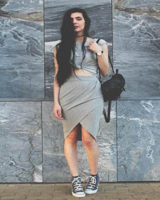 outfit gris con converse