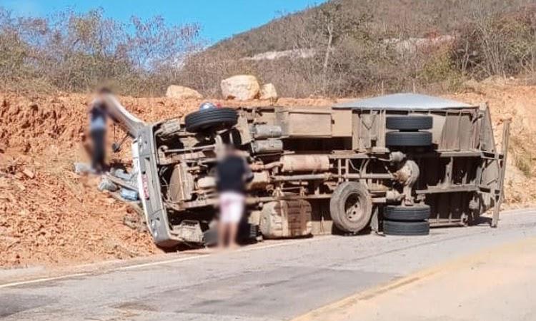Dois ficam feridos após caminhão tombar na Chapada Diamantina