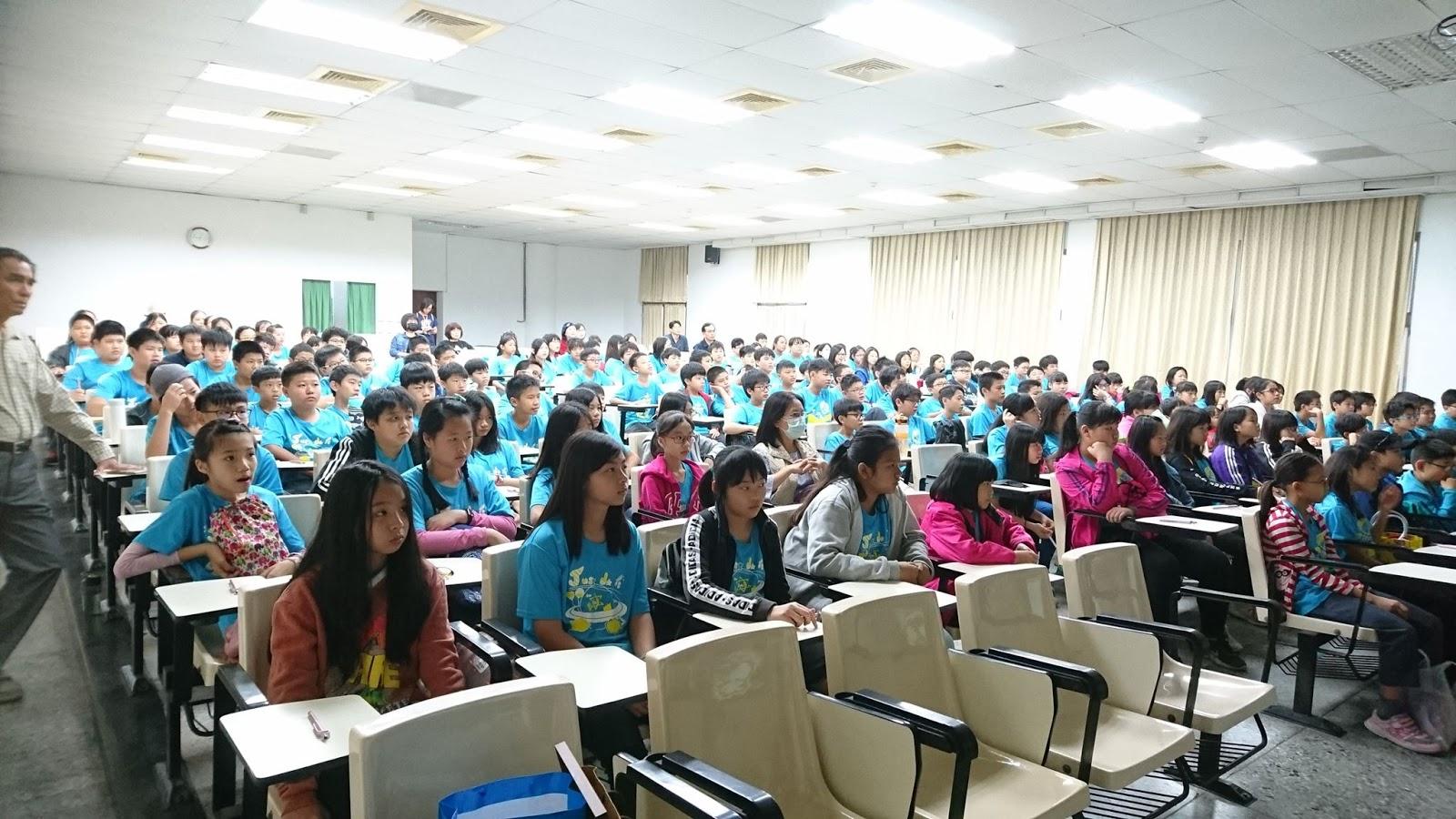 同學專心聆聽升學資訊