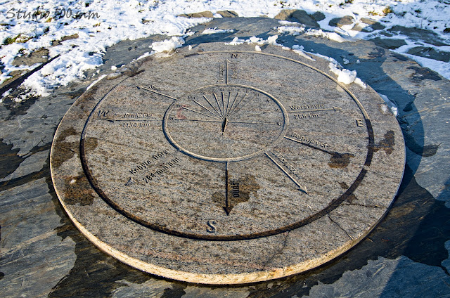 Kamienny stół i ławki jako element zagospodarowania wzgórza Bełczyna