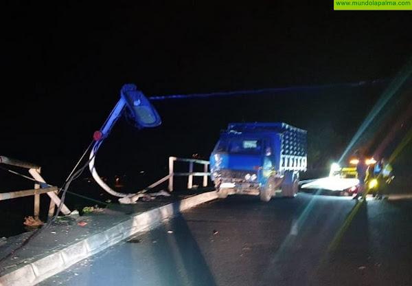 Una camioneta chocó anoche contra una farola en Villa de Mazo