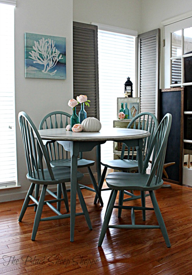 Table with 2 leaves and 4 chairs.