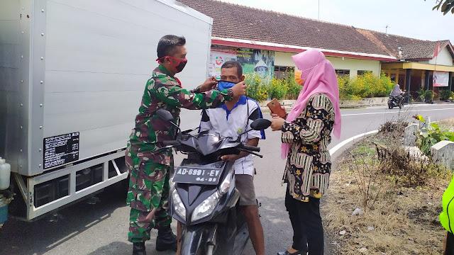 Sinergi Muspika, Polsek dan Koramil 15 /Polanharjo Bagikan Masker Kepada Pengguna jalan