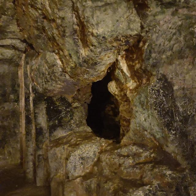 מים במערת צדקיהו