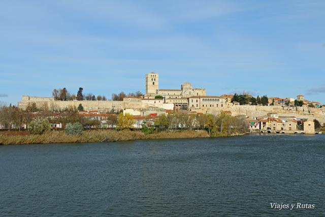 Catedral de Zamora desde el otro lado del Duero