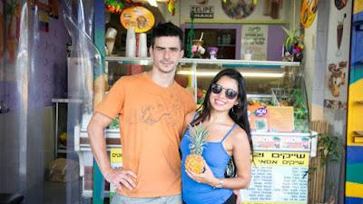 """Batido de frutas y barras de jugo vienen y van a montones en Tel Aviv. Pero esta es probablemente la única que vende jugo de la caña de azúcar recién exprimido mezclado con piña [un clásico brasileño. En definitiva, es el único establecimiento que hornea su propio pan de queso brasileño, también conocido como """"pao de queijo"""", y los sirve bien calientes, recién salidos de un pequeño horno."""