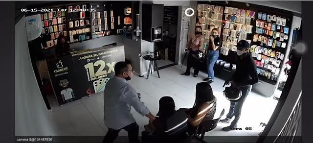Dois bandidos assaltam loja de celular na tarde desta terça-feira (15), em Patos [VÍDEO]