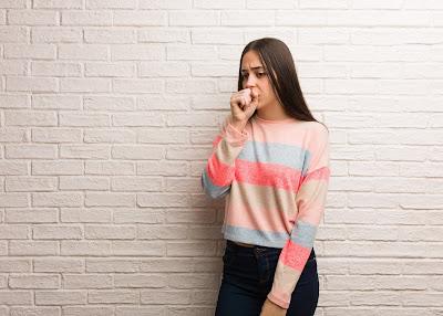 Persona tapando su boca