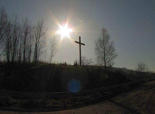 """Krzyż na Dziołku wznoszącym się po drugiej estakady nad """"Zakopianką""""."""