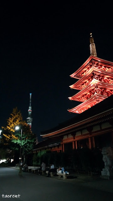 suasana pemandangan sensoji temple malam hari