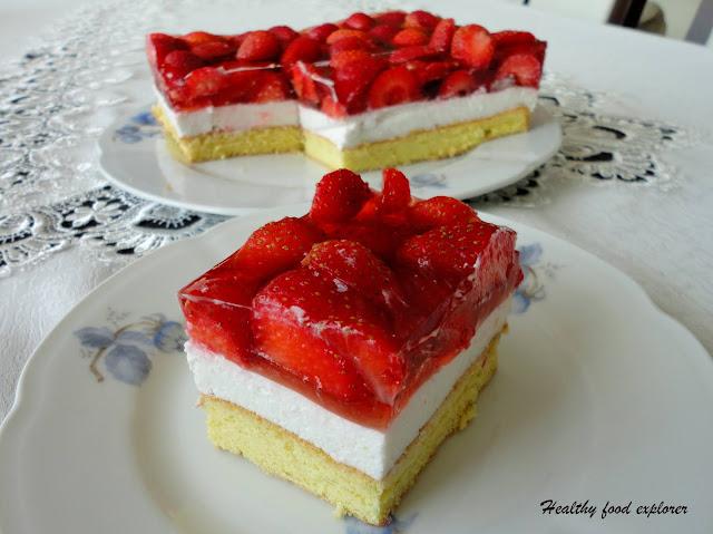 Ciasto z bitą śmietaną i truskawkami