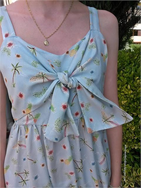 Sukienka w wakacyjne wzory- plamy, liście, kwiaty i ananasy