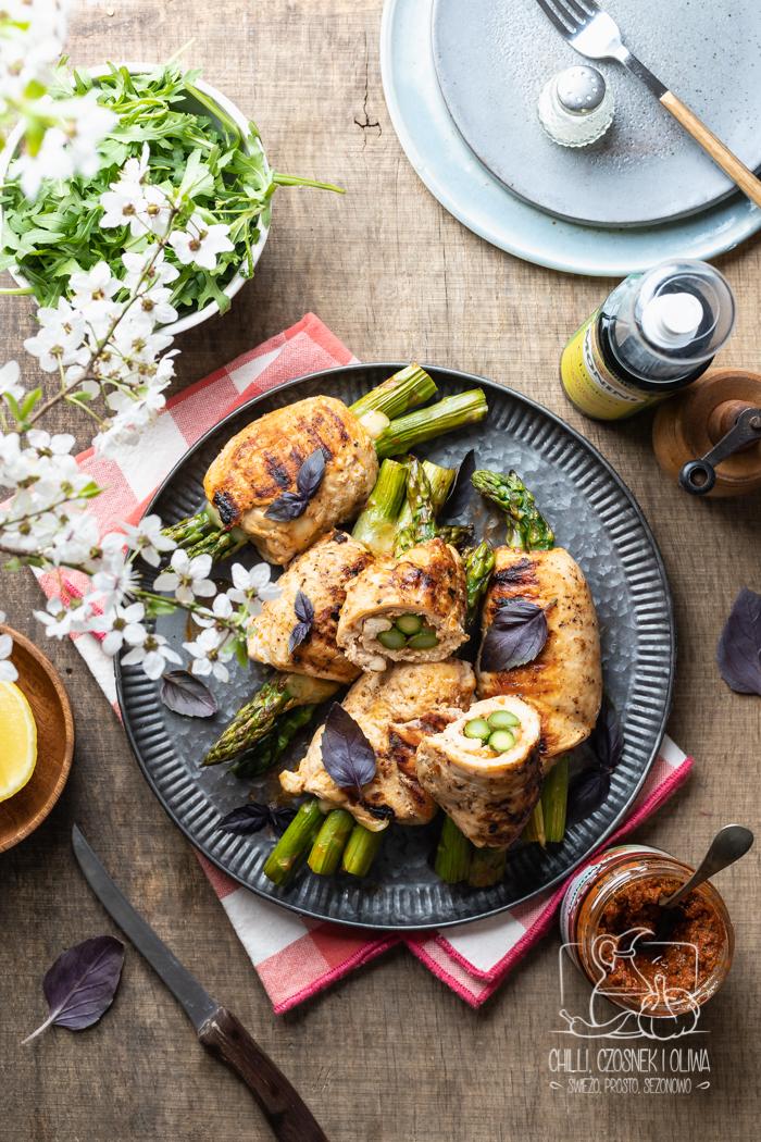 Roladki z kurczaka z pesto rosso, mozzarellą i szparagami