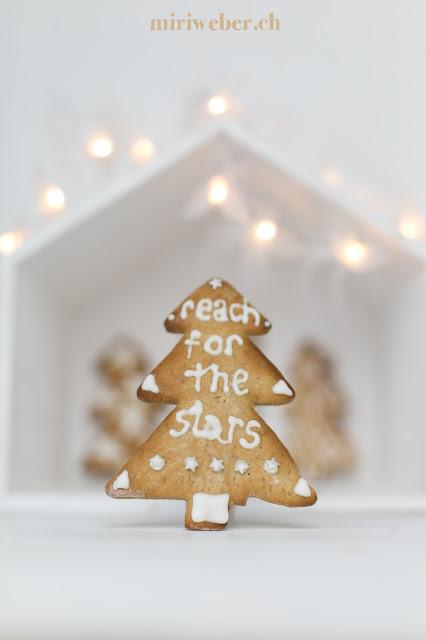 reach for the stars, lebkuchen verzieren, lebkuchen backen, lebkuchen zuckerguss, lettering auf lebkuchen, lettering, foodblog schweiz, schweizer foodblog, foodstyling schweiz, foodphotography schweiz, schweizer foodfotografie, foodbloggerin schweiz, christmas gebäck