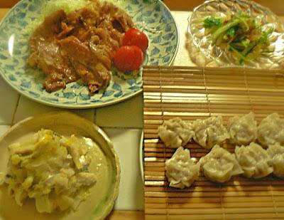 夕食の献立 豚生姜焼き シュウマイ キュウリ中華クラゲ 小肌ガリ