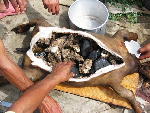 Thịt dê được làm chín bằng đá nóng từ bên trong