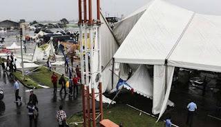 Tenda Pameran Dirgantara di Lanud Halim Perdanakusuma roboh