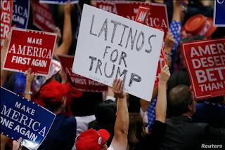 Imagen de archivo de una persona levantando un cartel de