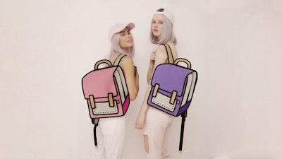 dos modelos a la moda con mochilas que parecen ilustraciones o dibujos hechos a mano
